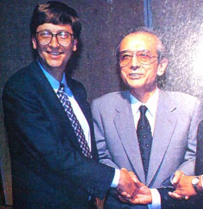 ゲイツと組長が笑顔で握手している画像