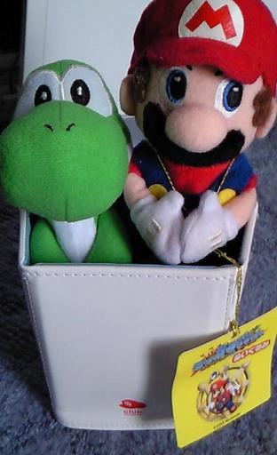 マリオとヨッシーの人形が入っている画像