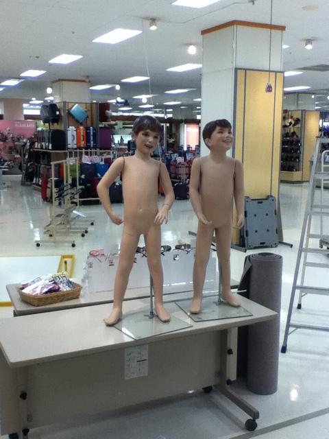 裸の少年二人