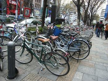 点字ブロックの上に並べられた自転車の写真