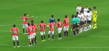 韓国サッカー選手がピッチにゴミを投げ捨てる写真