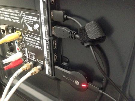 クロームキャストをHDMIに接続している写真