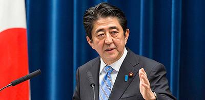 消費税増税延期を発表する安倍首相の写真