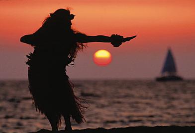 夕焼けの海岸でフラダンス