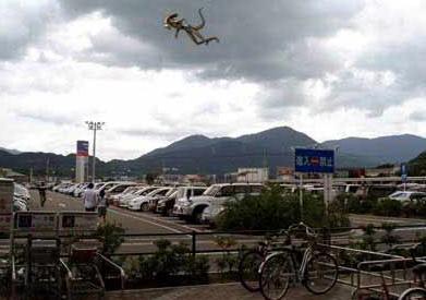 エイリアンが飛んでいる画像