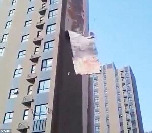 中国のビル壁が剥がれ落ちる写真