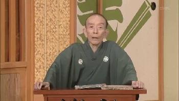 桂歌丸さんが司会席に座っている画像