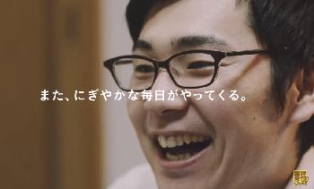ポッ拳を満面の笑顔で楽しむ男性の写真