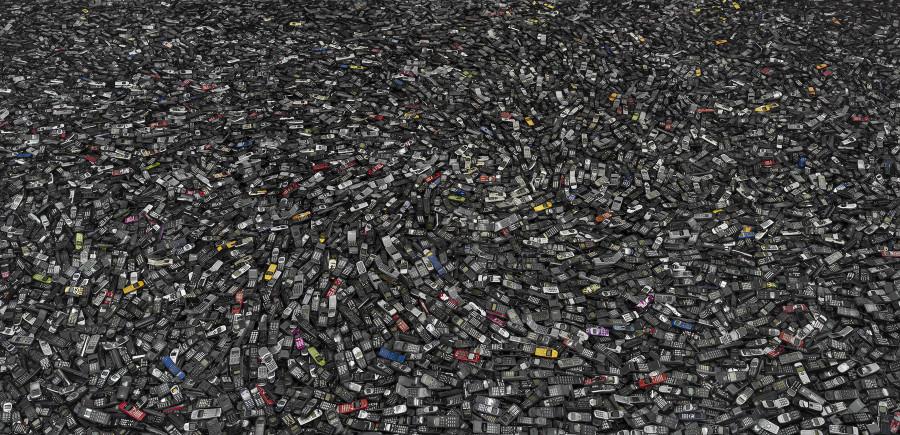廃棄された大量の携帯電話の写真