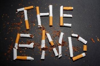タバコを並べてTHEENDと描かれた写真
