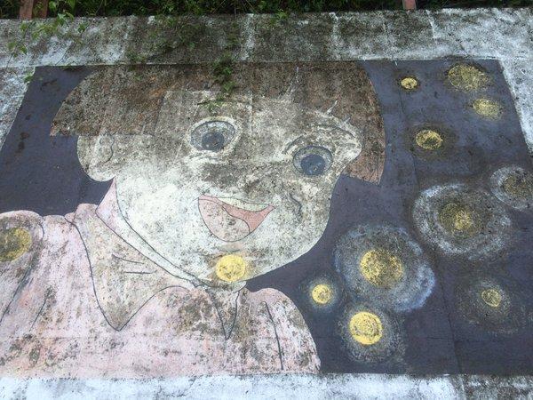 静岡県新間のメンテナンスされていない壁画を拡大して写した写真
