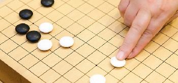 囲碁を打っている写真