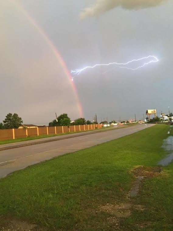 虹と雷がぶつかっている写真
